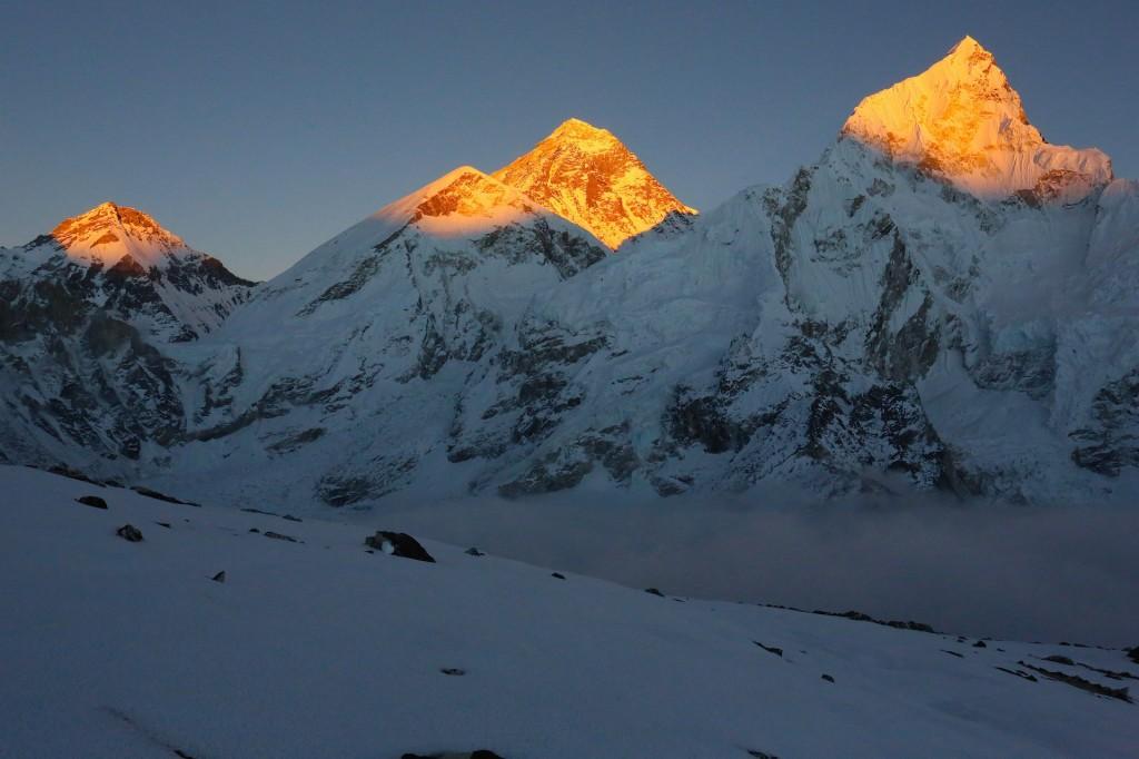 Billedet er taget ved solnedgang fra toppen af Kala Pattar og viser Changtse, Everest og Nuptse i solens sidste stråler.