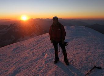 Bo på toppen af Mont Blanc tidligt om morgenen efter solo op ad Gouter ruten