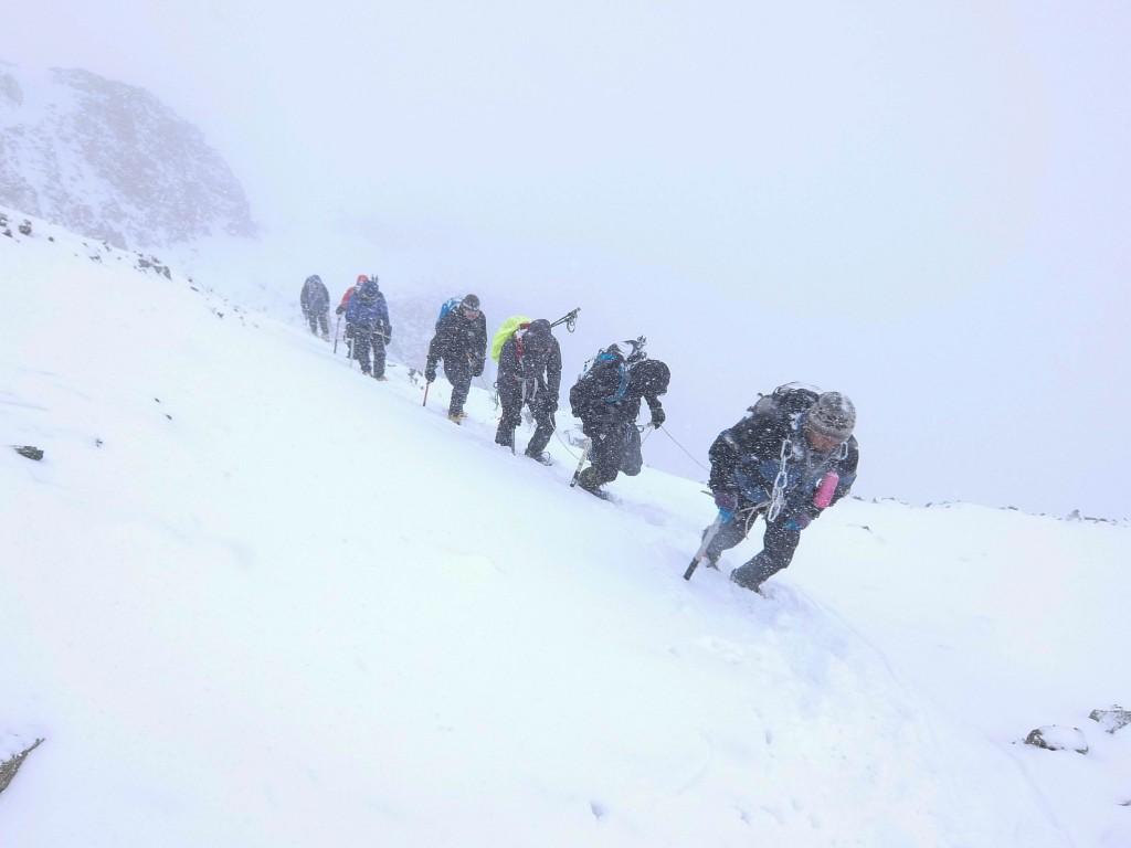 Klatring op gennem snestorm det sidste stykke vej mod toppen af Stok Kangri i Ladakh