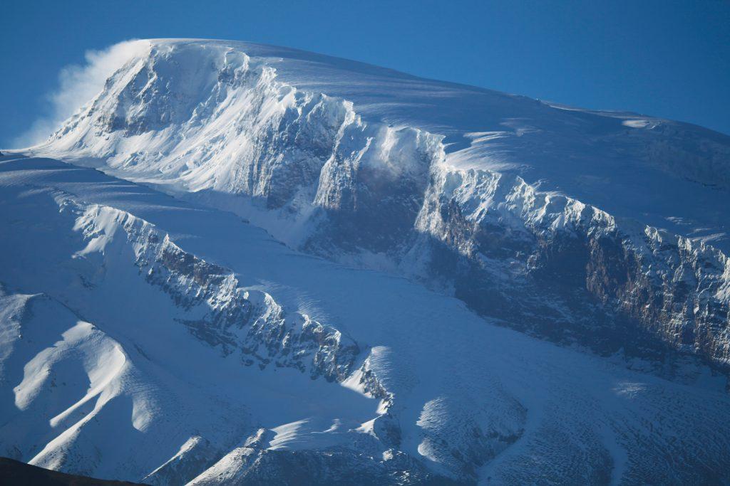 Mustagh Ata set fra Karakoram Highway, der passerer lige nedenfor bjerget